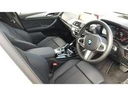 シートメモリー付電動フロントシート。オーナー様がキーを使い分けていただければ、シート調整・空調・オーディ等最後に乗った状態をメモリーしてくれます。