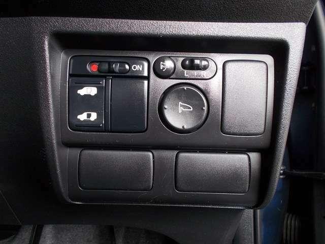 【左側パワースライドドア】左側がパワースライドドアになっており、運転席のスイッチやスマートキーのボタンからでも開閉が可能です!狭い駐車場でのお子様の乗り降りに便利です!