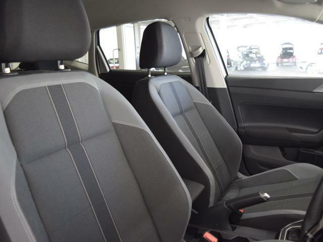 硬めに感じられるシートはホールド性に優れ、ロングドライブでも疲れが少なく身体をしっかりと支えます。