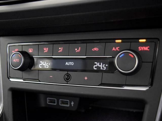 運転席、助手席でそれぞれ独立して温度設定が可能な2ゾーンフルオートエアコン。花粉やダストを除去するフレッシュエアフィルターも付いてます。