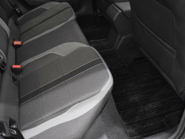 リヤシートは頭上や足元が広くなり、乗り降りもしやすくなりました。