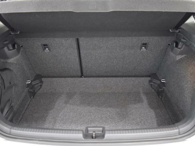トランクのアンダーボードを1段下げる事でより高さのある荷物を載せる事ができます。