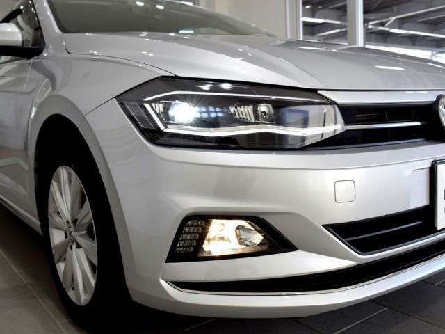 LEDヘッドライト。日中の自然光に近いLEDの光がより明るく夜道を照らし、ドライバーの疲労を減らします。