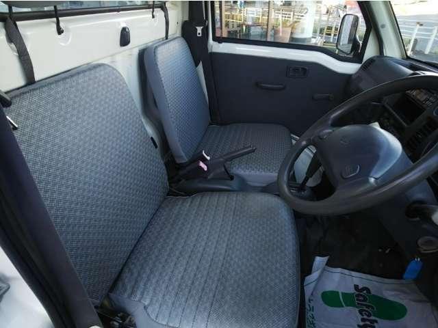 フロントシート、破れやダメージがなく比較的綺麗な状態です。