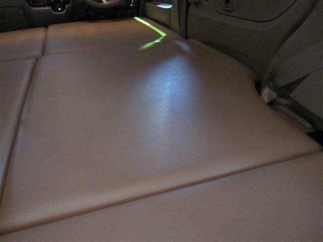 ベッドマットは、専用のベッドマットで、木材を用いたベースで、クッション材を入れて有りますので、しっかりとしていて快適です。