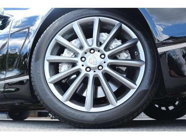 純正ホイール 20インチ タイヤサイズは、FR,Rr共に 275/40ZR20 となっております。またフロントには、キャリパーが2つ付いております。