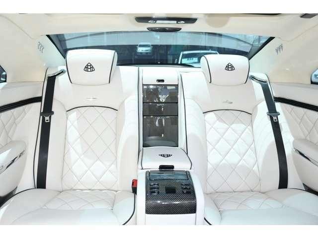 後部座席も、前席同様の機能が付いております。 4枚ドアを2枚ドアにしてあるので、後部座席も広々とお乗りいただけます。
