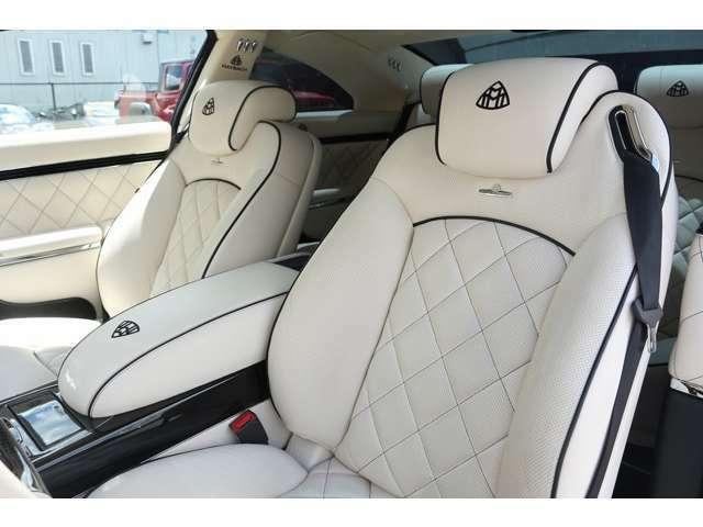シートは、ホワイトレザーです。純正とは違い、デザインはダイヤモンドステッチになっております。シートの肌触りも高級感に溢れており、シート形状も体が安定する形状になっており安心して走行できます。