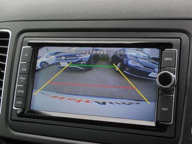 ギア・セレクターレバーをリバースに入れると車両後方の映像を映し出しドライバーの安全確認をサポートします。画面にガイドラインが表示されます。