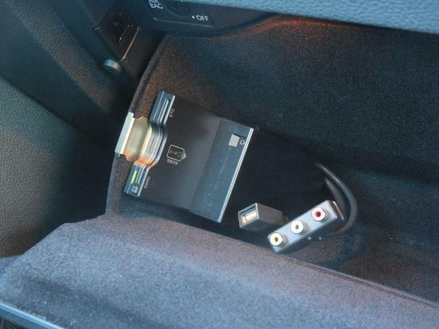 ITSサービスに対応した第二世代ETC、DSRC-ETCを装備。VICSワイドと合わせてリアルタイムな交通情報を提供します。AVUSB外部入力と共にクローブボックス内に設置されています。