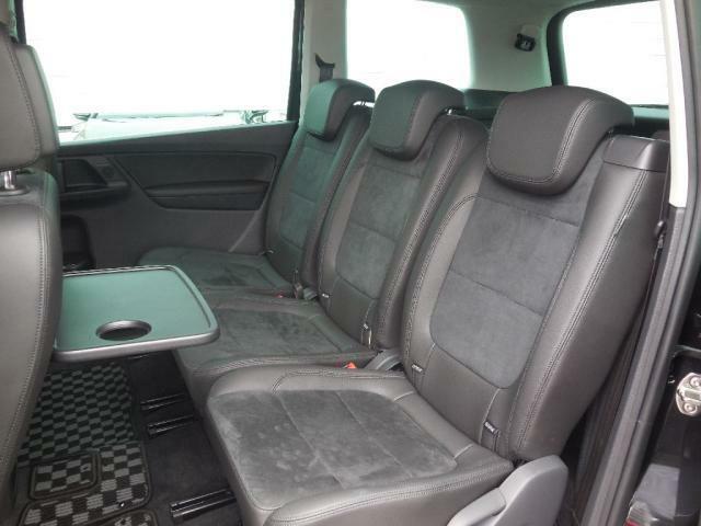 2列目リヤシートも質の高いアルカンターラ2トーンのシート。3席それぞれが独立型。シートバックテーブルを起こして使い勝手自由自在。上質で広々とした空間を創出。