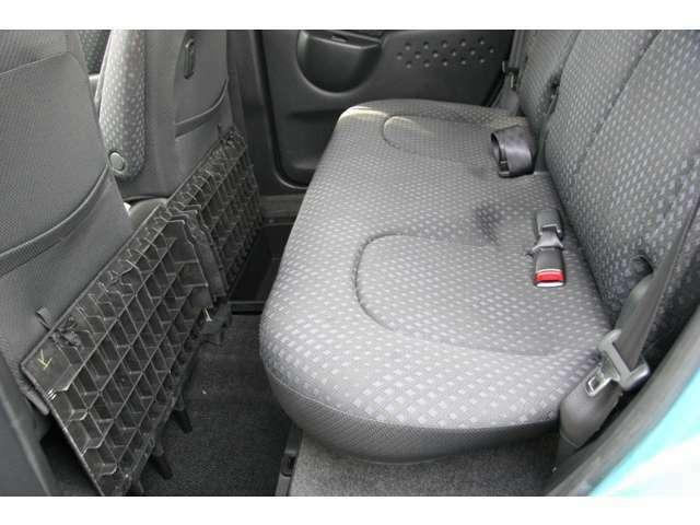 後席シートの状態も良好です!後部座席足元には荷物入れのスペースもあります!