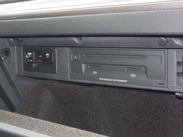 DSRC ETC、渋滞データを受信しリアルタイムでルート選択。落下物情報事故多発地点などの注意喚起。次世代ITSサービスに対応しています。DVD&CDプレーヤー、SDカードスロットも配備。