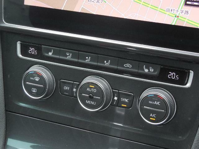 2ゾーンフルオートエアコンディショナー。運転席助手席それぞれ独立して温度風量をコントロール。シートヒーター(運転席助手席)スイッチもレイアウトされています。