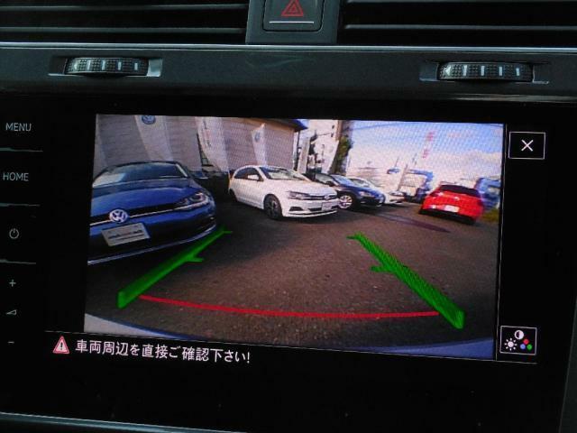 リヤビューモニター搭載。ギヤセレクターレバーをリバース(R)に入れると、リヤエンブレムに内蔵されたカメラが後方の映像をディスプレイに映し出し車両後退時の安全をサポートします。