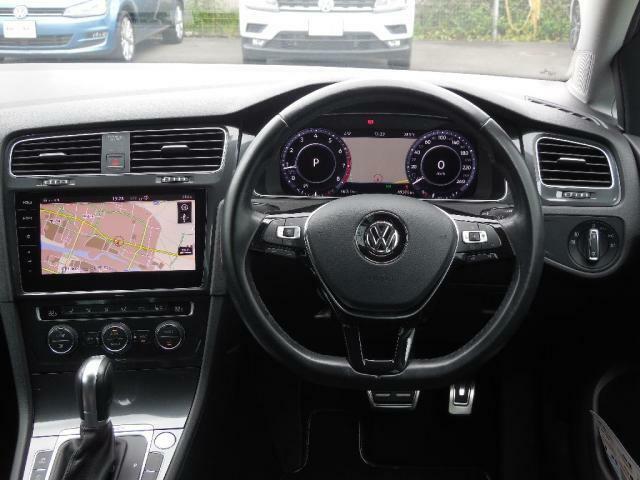 ドライバーを包み込むようにレイアウトされたコックピット。ピタッと手になじむ本革のステアリングホイールとシフトノブ。入念に設計されたスイッチ類とレイアウト。アウトフィールドでその品質の高さがわかります