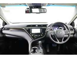 インパネとセンターコンソールに「タイガーアイ」をイメージした加飾が施され、ラグジュアリーな大人の雰囲気の運転席廻りです。デザイン性だけでなく操作がスムーズにできる配置で運転しやすいですよ。
