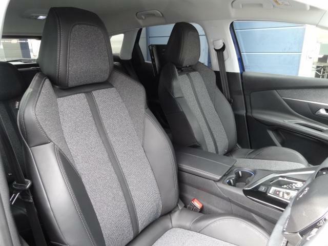 フロントシート テップレザー/ファブリックシート レッグルームにも、ヘッドクリアランスにも、十分なゆとりを確保した室内スペース。
