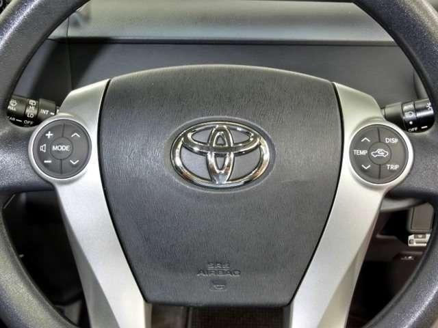 ステアリングスイッチ装備。運転しながら手元でオーディオ・エアコン操作などが可能です。