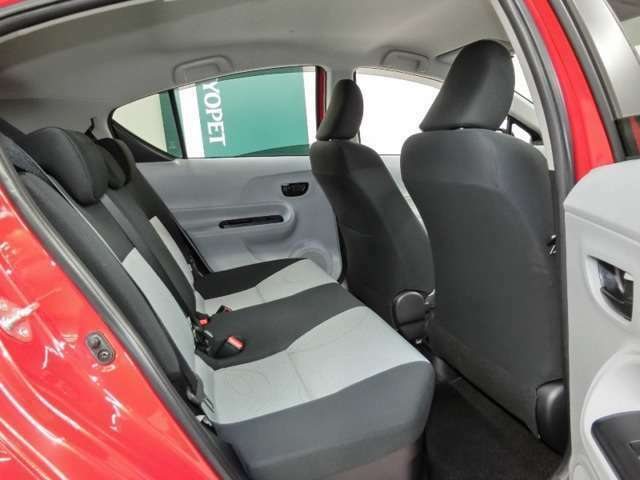 リアシートの座面も長くしゆとりある着座姿勢を保てるようシートバックも最適化。コンパクトなアクアでもゆったりくつろぎドライブできます