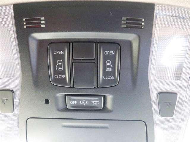 両側電動スライドドアのスイッチです。車内からもスイッチひとつでラクにドアの開閉できますよ♪