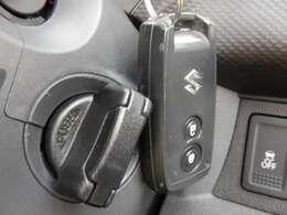【スマートキー】が装備されています。かばんやポケットに携帯するだけで、ドアの開け閉め・エンジンの始動が可能です。また、ボタン操作でもドアの開け閉めが可能です。セキュリティー機能付きです。