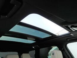 【電動パノラミックルーフ】車内に気持ちいい自然光が差し込み、頭上に広がる風景をお楽しみいただけます。快適な車内温度を維持し日差しから乗員とインテリアを守るダークカラーのガラス。電動スライド機構付き!
