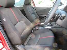 赤いステッチ刺繍がステキなデザインのフロントシートです