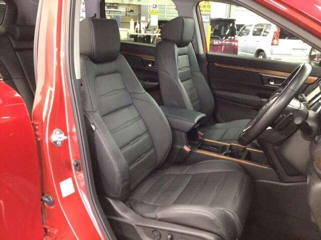 ゆとりのある空間のフロントシート。    ※本革シート+運転席/助手席シートヒーター装備で快適です。
