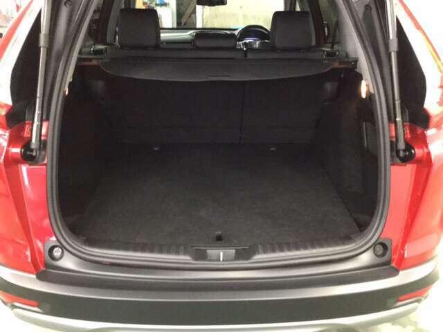 後席背もたれにある操作レバーまたはカーゴルーム側面にあるレバーを操作するだけで簡単に後席をダイブダウンできます。