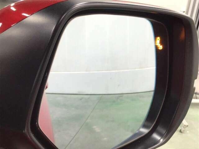 ブラインドスポットインフォメーションは走行中、斜め後ろに車両を感知すると、ドアミラー上のマークを点灯してお知らせします。