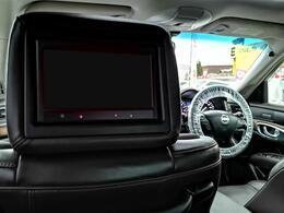 後席用フリップダウンモニターを搭載。フラッグシップセダンならではの上質な空間をご堪能ください。