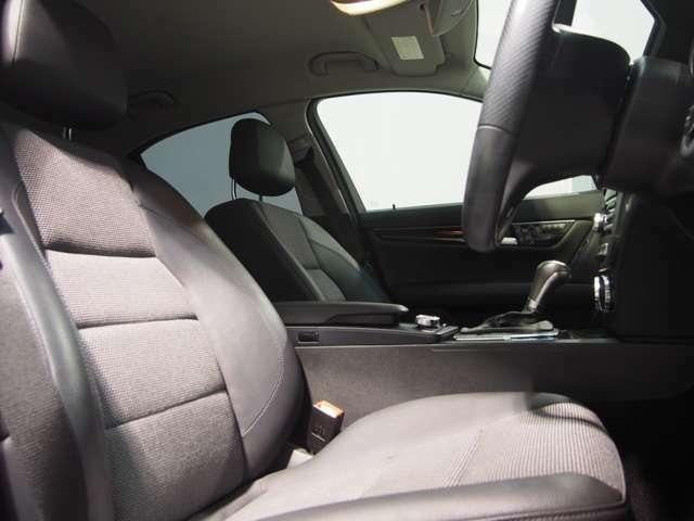 高級感と快適性を併せ持ったハーフレザーシート。クッション性が高いながら、両サイドのサポート部分がドライビングポジションの安定に貢献いたします。