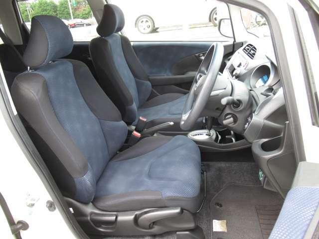 誰が運転をするときも、適したドライビングポジションに。簡単にシートの高さが調節できるので安心して運転して頂けます。