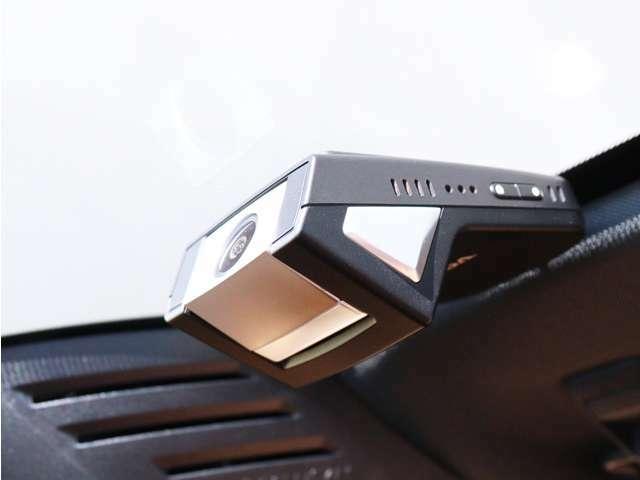 ボルボの厳しい衝突安全基準をクリアした、スマートフォンwi-fi連動型ドライブレコーダー。400万画素、LED信号対応、HD録画対応。衝撃を検知することで前後5秒間の動画をスマートフォン内のアプリに自動送信。