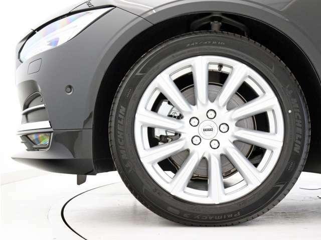 快適な乗り心地と確かなハンドリングを両立する18インチサイズのアルミホイール。勿論インテリセーフ標準装備により、歩行者検知機能付フルオートブレーキをはじめとする革新的安全装置を標準搭載します。