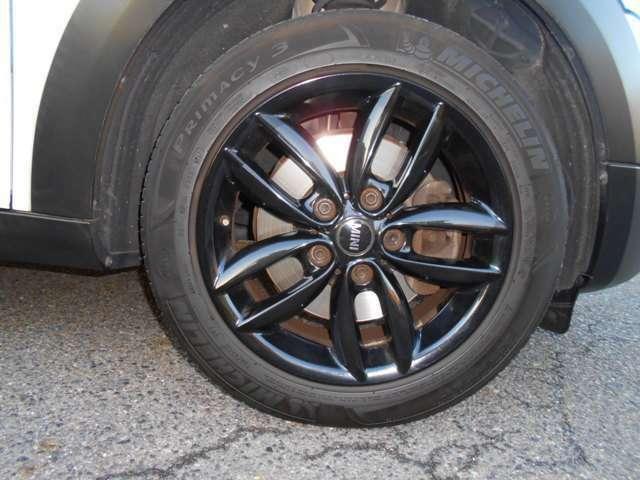 ホイールには純正ブラックタイプの17インチが装着されており、多少の傷はありますが全体的には綺麗な状態です。タイヤは2017年製のものが装着されており、残り溝もまだまだございます。