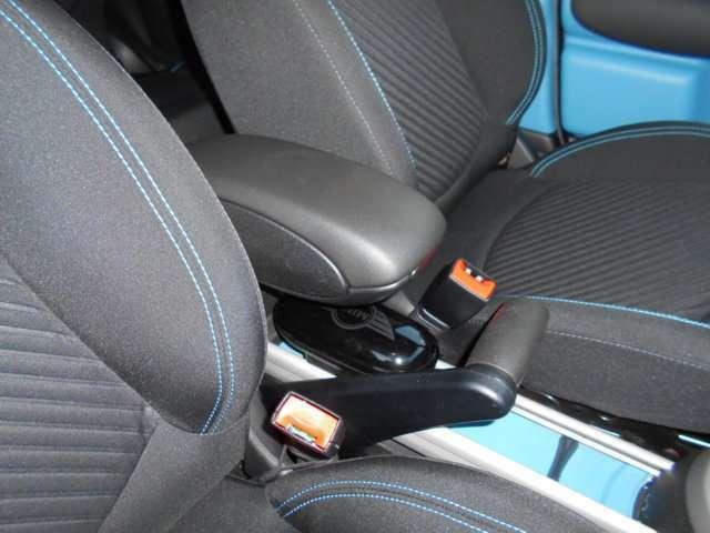 運転席と助手席の間にはアームレストがオプションで装着されております。中には小物が入れれるようになっており、邪魔な時は上にずらすことも出来ます。長距離運転にはマストなアイテムです!