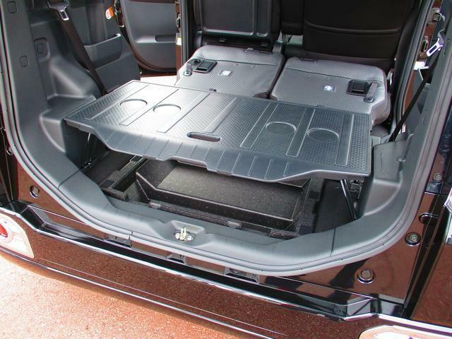 デッキボードの脚を起こして上下2段の収納スペースとして使えます。積む荷物に応じて荷室アレンジができます。