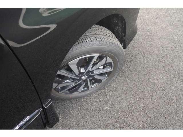 アルミホイールで足元もお洒落です!タイヤの溝もたっぷりで安心です◎