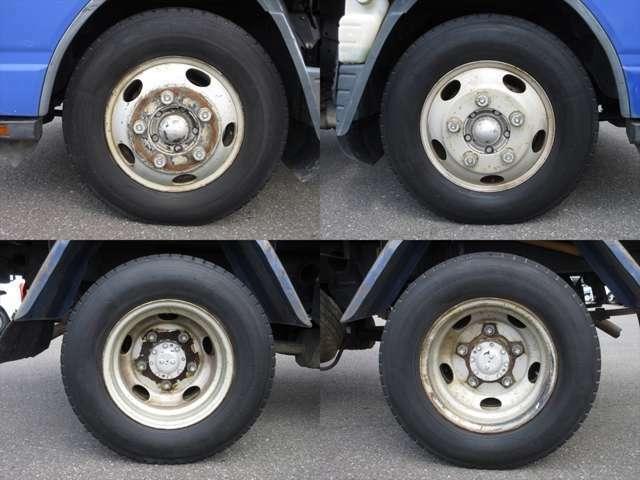 純正鉄ホイールが装着されています。タイヤサイズは、前後共195/85R16 114/112Lです。残り溝はフロントが6mm、リアはダブルタイヤで7mmです。