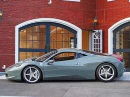 スポーティーな個体が多い車種ですが、内装も相まってとても落ち着いた雰囲気に仕上げられています。