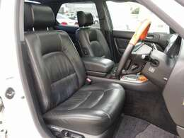 中古車市場では人気の黒本革シート装備。運転席、助手席シートは電動にて調整可能なパワーシートにシートメモリー、シートヒーター完備。JIC車高調、レオンハルト バイル20AWなど希少価値の高い一台