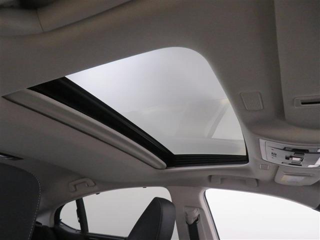 ドライブの開放感を高めるムーンルーフ。