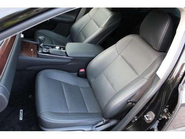 運転席&助手席はベンチレーションシート(3段階調整付)です!夏は涼しく冬場はシートが暖かく快適にお過ごし頂けます!