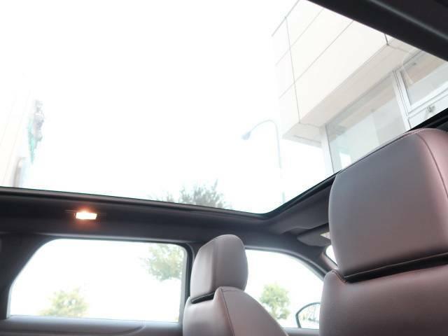 パノラミックガラスルーフ。後部座席までしっかり開閉します。この装備があるだけで室内の解放感が上がり素敵なドライブを存分にお楽しみいただけます。