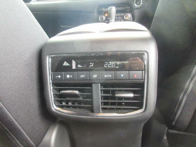 エアコンは前席・後席で別々の温度設定ができますので、より車内も快適に過ごせます。
