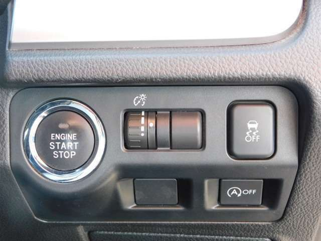 今や、プッシュスタートボタンが、主流のなってきましたねっ^^。右上のスイッチは、横滑り防止のスイッチで、その下は、アイドリングストップのスイッチです^^。それと、上の真ん中のは、ヘッドライトの調整です