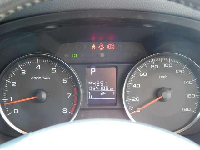 このタイプは、真ん中にデジタル表示の燃料系オドメーター、シフトポジションの表示が分るようになってます。それに、スピードメーターもはっきり見易いように、レイアウトしてありますよっ^^^^。