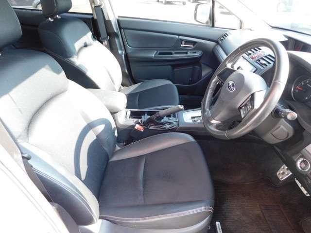 前席は、セパレートタイプのシートですので、運転席と助手席の間には、肘掛け兼小物入れのボックスになっているので、色んなもなど例えば、お財布など外から見えない様に蓋が付いていますので便利ですねっ^^^^。